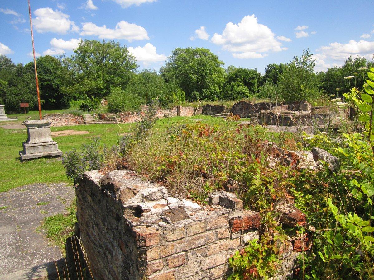 Mauerreste umrahmen den einstigen Innenhof des Renaissanceschlosses.