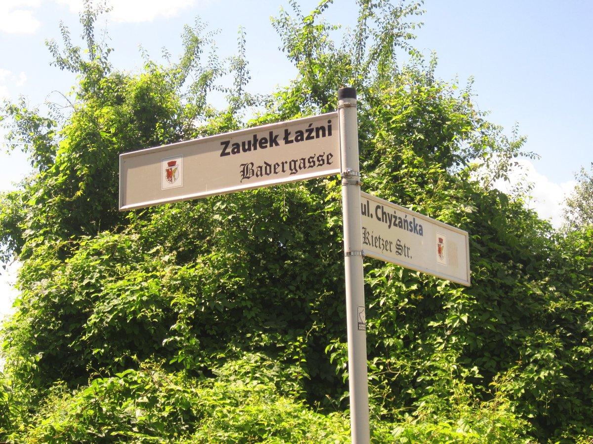 Zweisprachige Straßenschilder helfen bei der Orientierung in den Ruinen.