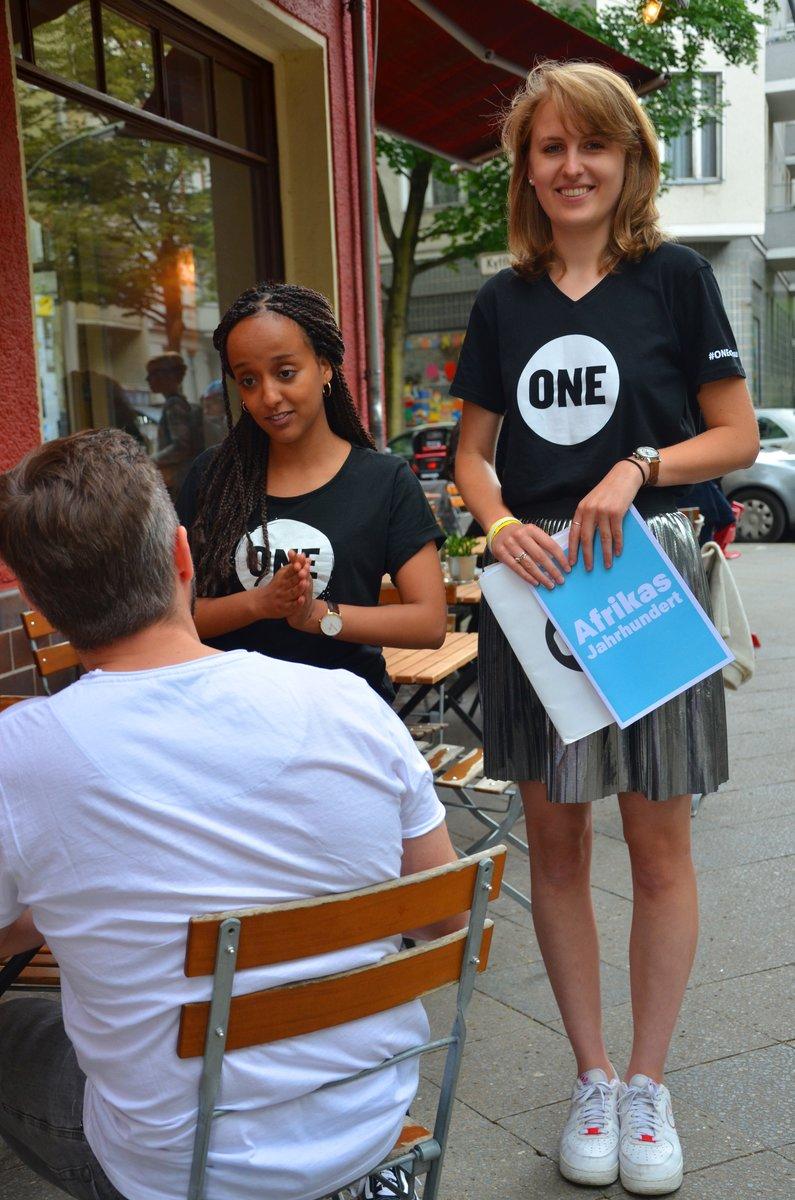 Yohanna Berhe und Lina Woelk werben auch auf der Straße für ihre Anliegen.