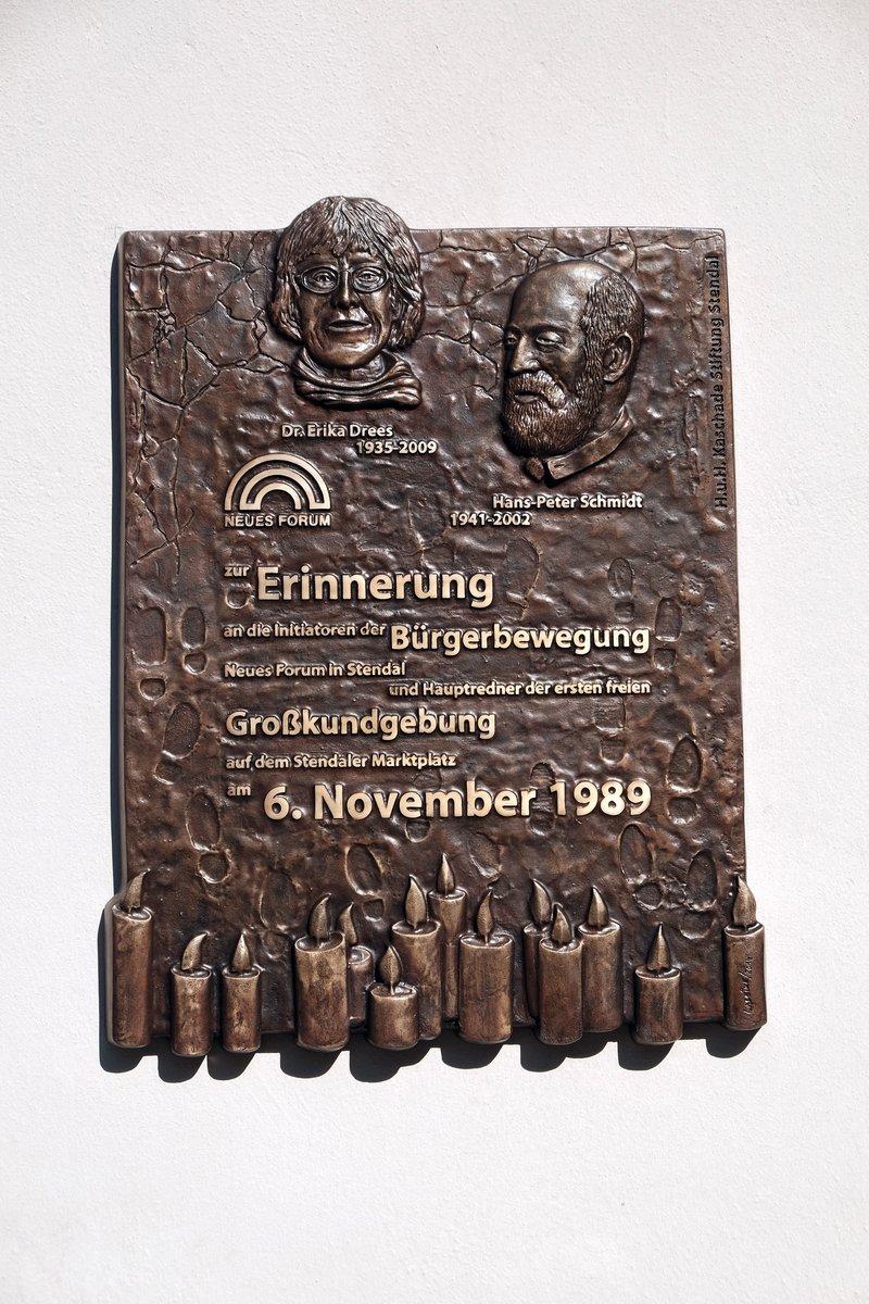 Eine Gedenktafel am Rathaus erinnert an den Widerstand gegen das SED-Regime im Herbst 1989.