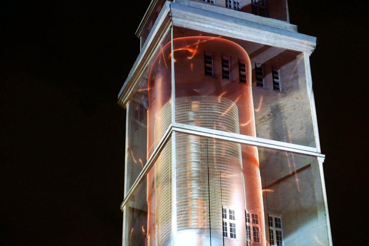 Durch die Projektion erscheint der Behrens-Turm durchsichtig.