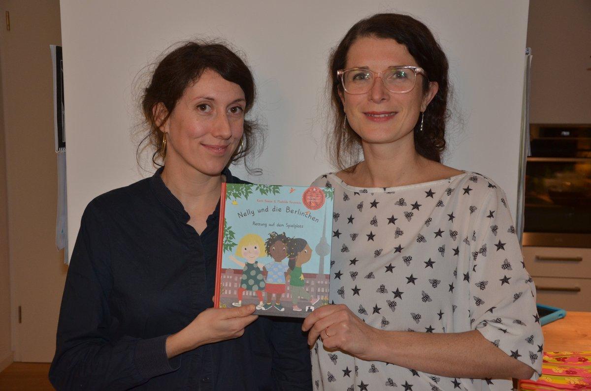 """Autorin Karin Beese (rechts) und Illustratorin Mathilde Rousseau mit ihrem Kinderbuch """"Nelly und die Berlinchen"""", das beim Wettbewerb """"Respekt gewinnt"""" mit einem Sonderpreis gewürdigt wurde."""