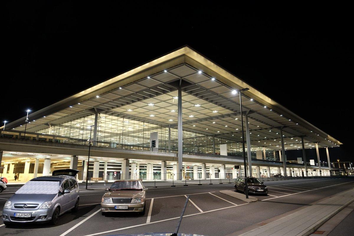 Das Flughafengebäude erstahlt in hellem Lichterglanz.