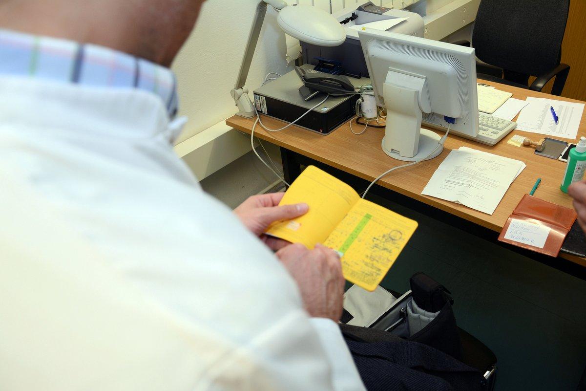 Der gelbe Ausweis gibt Auskunft über den Impfstatus. Foto: BaNkn