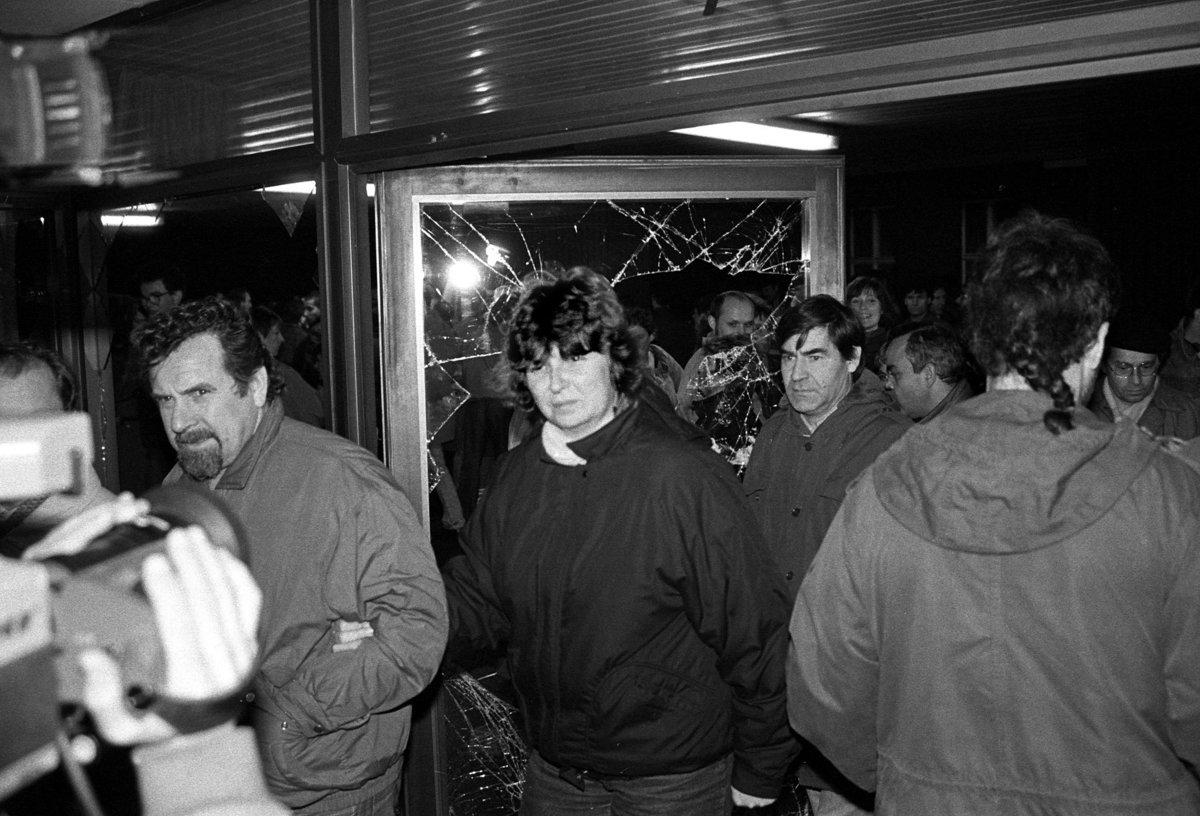 Sturm auf die Stasizentrale, 15.1.1990, Buerger dringen in Haus 18 ein.