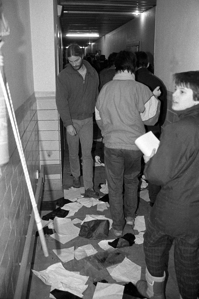 Sturm auf die Stasizentrale, Berlin 15.1.1990, Buerger im Innern von Haus 18.