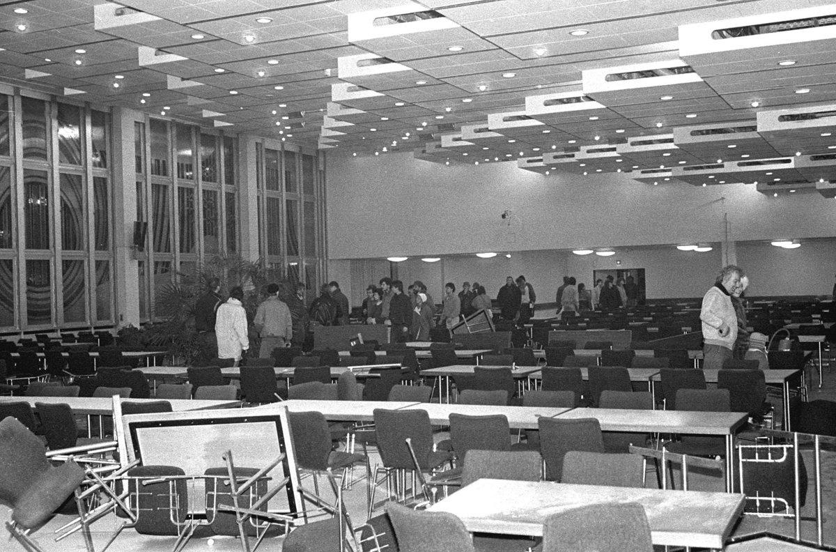 Sturm auf die Stasizentrale, Berlin 15.1.1990, Demonstranten im Speisesaal in Haus 18.