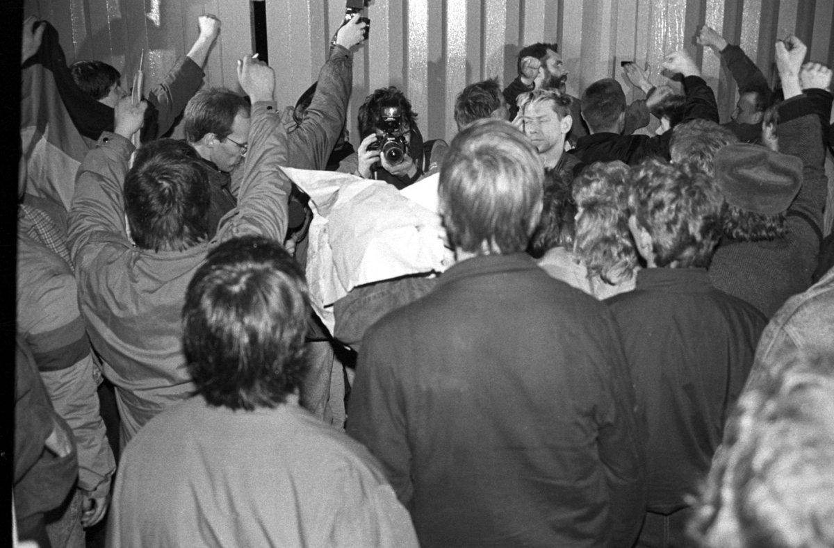 Sturm auf die Stasizentrale, Berlin 15.1.1990, erboste Buerger vor dem verschlossenen Tor Normannenstrasse Foto: Ralf Drescher