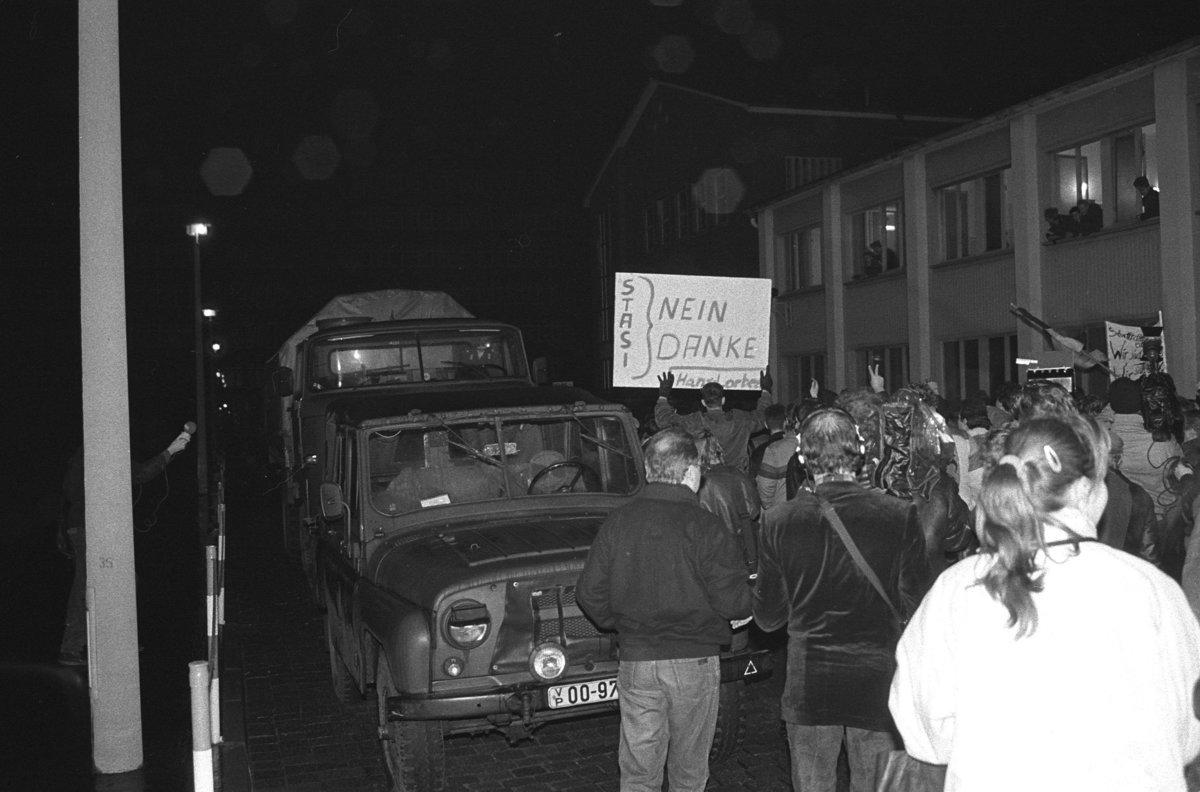 Sturm auf die Stasizentrale, Berlin 15.1.1990, Demonstranten dringen durch das geoeffnete Tor Ruschestrasse auf das Gelaende vor. Foto: Ralf Drescher