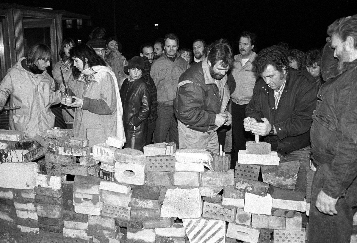 Sturm auf die Stasizentrale, Berlin 15.1.1990, der Eingang Ruschestrasse wurde symbolisch zugemauert.