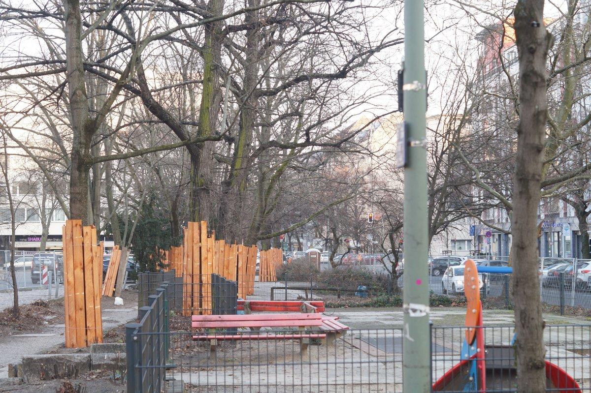 Der östliche Part des kleinen Parks. Der Spielplatz wird neu konzipiert, die Parkplätze im Hintergrund reduziert.