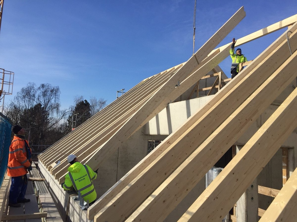 Die Handwerker legen letzte Hand am Dachstuhl an. Foto: BA Neukölln
