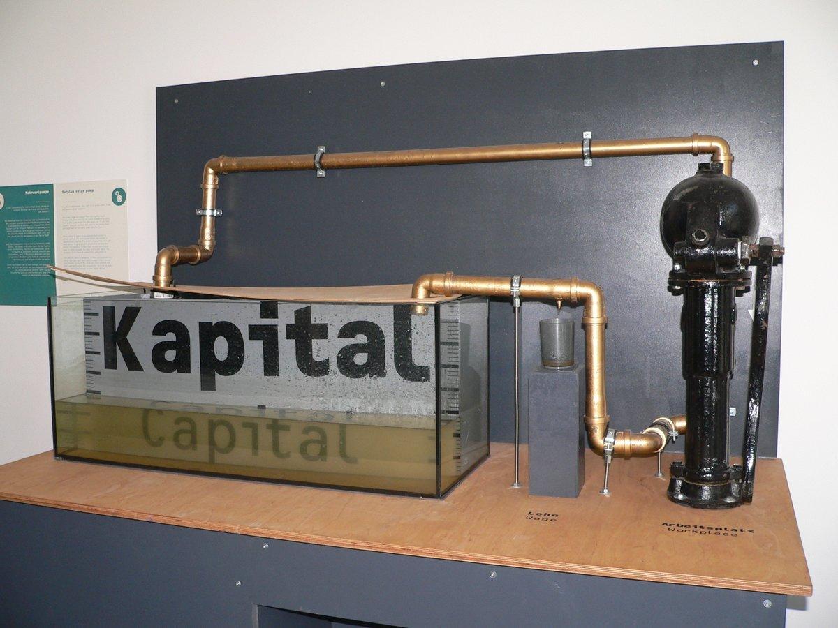Ein Wasserkreislauf steht in der Ausstellung für den Kapitalismuskreislauf.