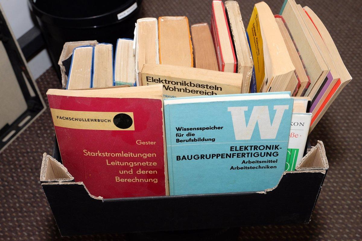 In einer Wühlkiste steckt Fachliteratur für Elektronikfans.