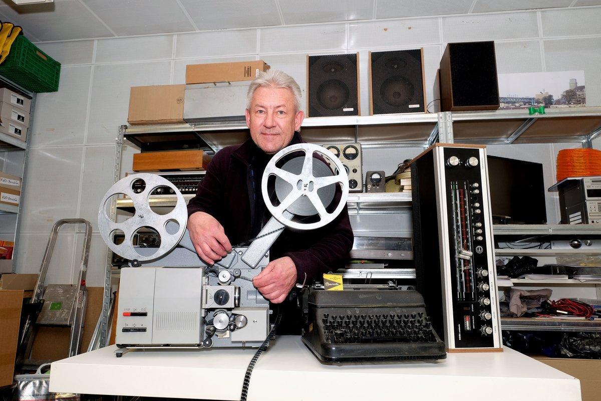 Jörg Grohlke mit ausgesonderter Technik, die gegen Spende abgegeben wird. Der Tonfilmprojektor von Meopta gehört dazu.