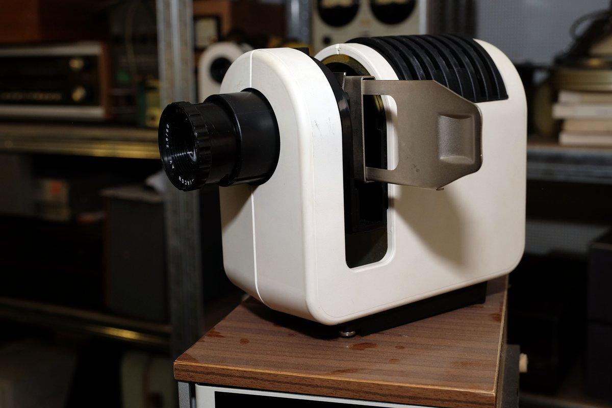 Von diesem Projektor für Opas Urlaubsdias sind mehrere Exemplare vorhanden.