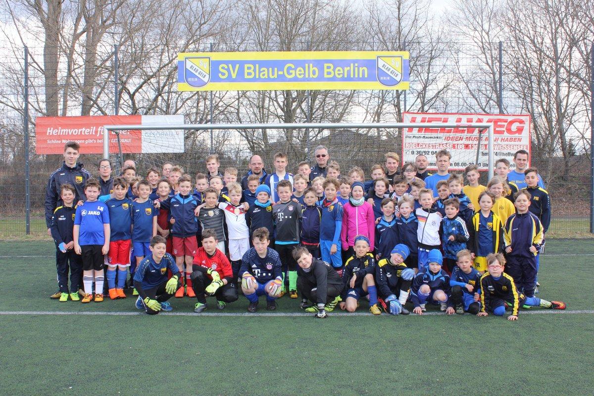 Diese Spieler, ihre Trainer und Übungsleiter nahmen an der 30. Fußballferienschule teil.