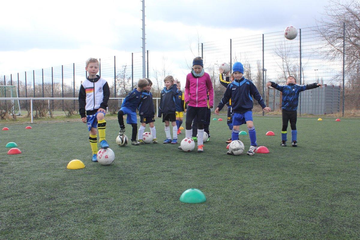 Die Teilnehmer der Fußballferienschule hatten sichtlich Spaß beim Training mit dem Ball.