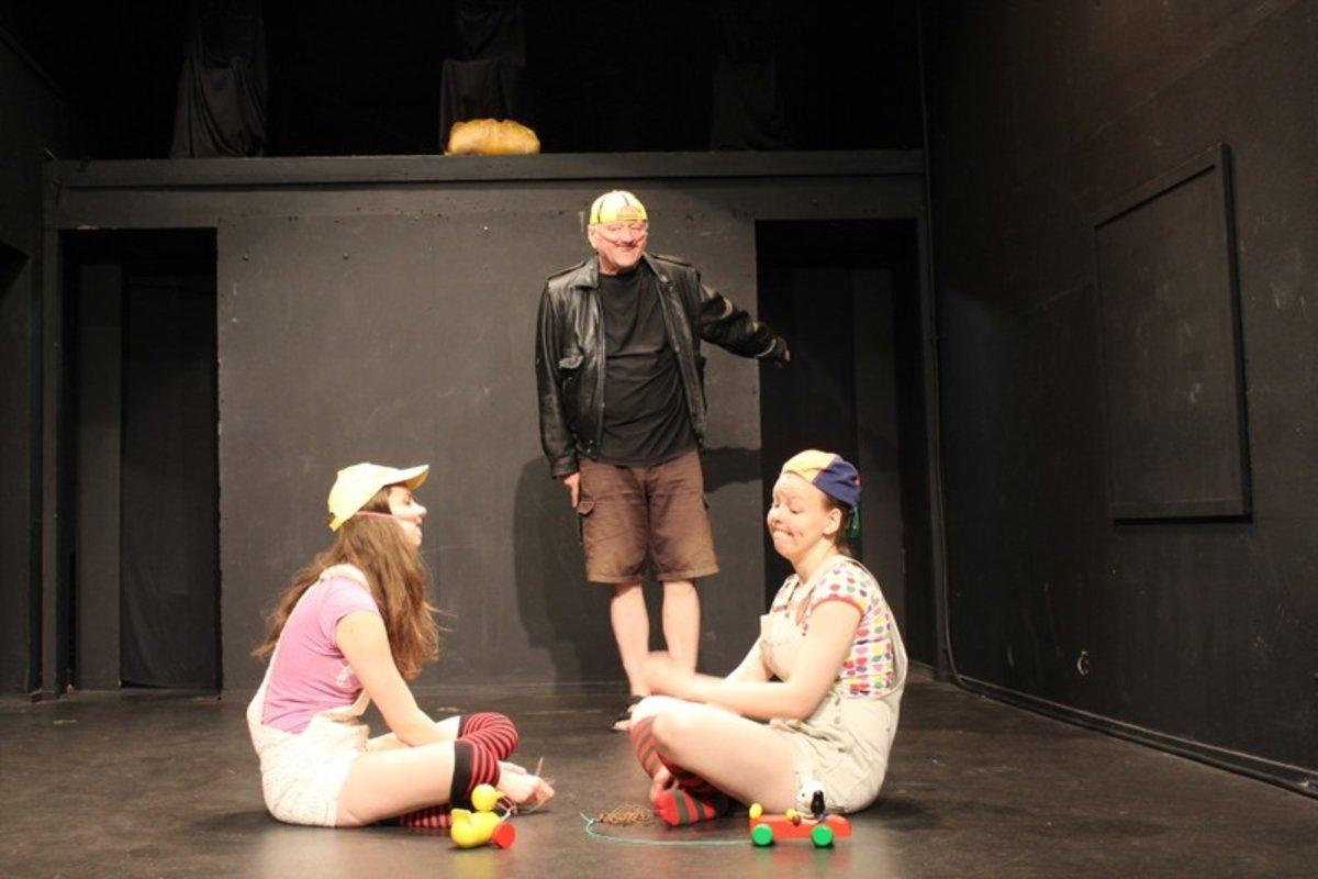 Drei Schauspieler 20 Rollen Wahnwitz Theater Im Wohnzimmer