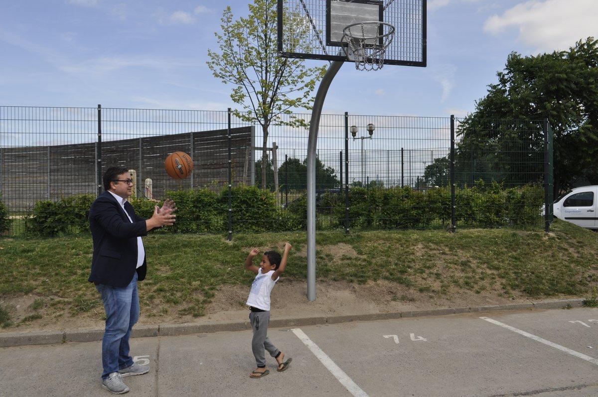 Klettergerüst Erwachsene : Basketballkorb und klettergerüst: bewohner der flüchtlingsunterkunft