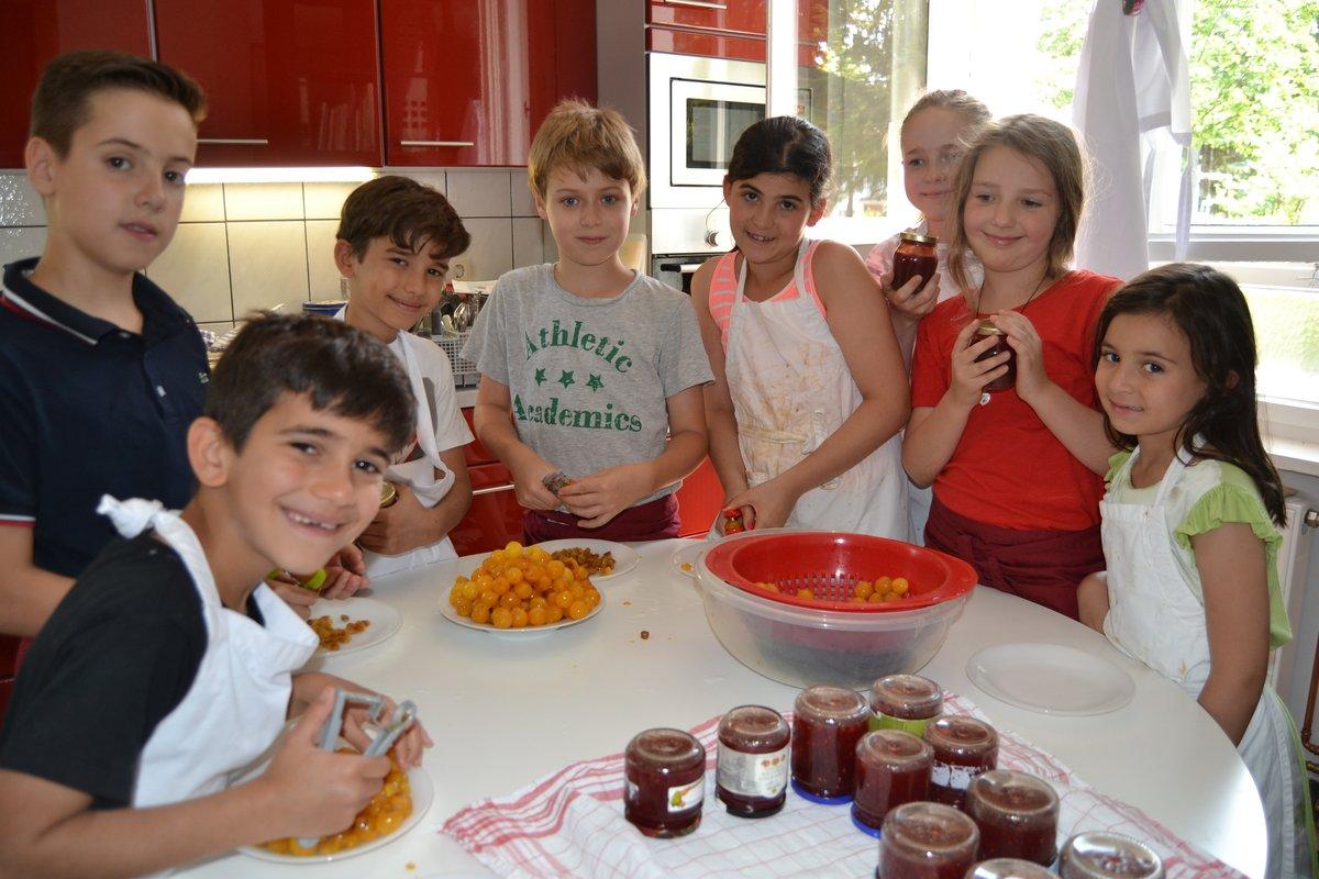 Die Jugendfreizeiteinrichtung Dr. Wolf lädt im August zu vielen Aktivitäten ein. Am ersten Ferientag konnten die Kinder unter anderem Marmelade kochen.