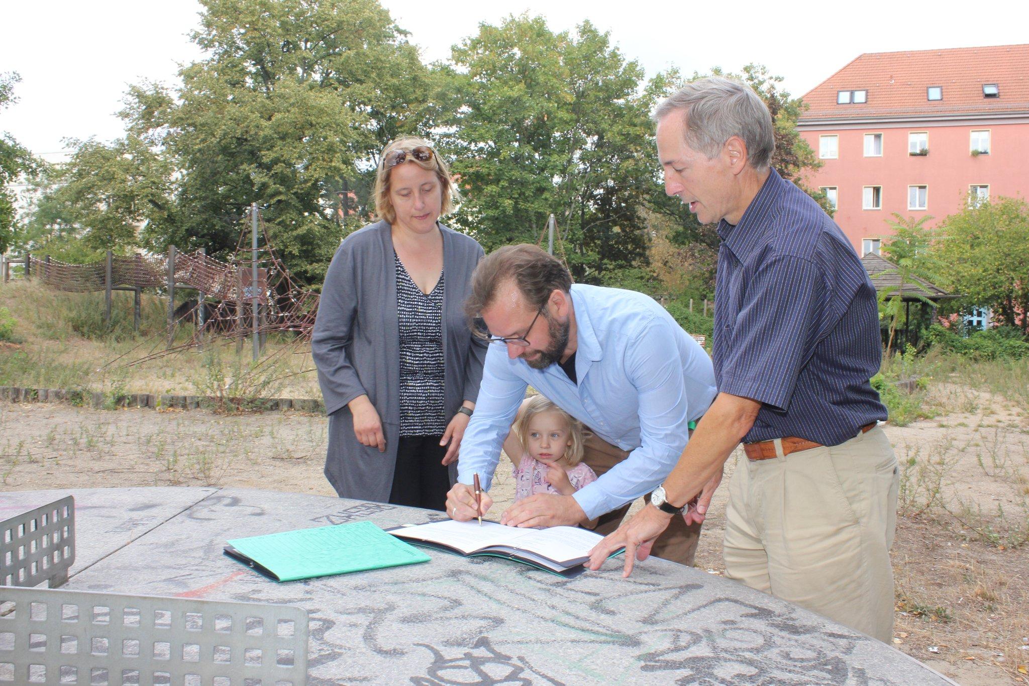 Eltern packen mit an: Bezirksamt und Verein Kiezinseln wollen Spielplatz an der Dusekestraße  auf Vordermann bringen