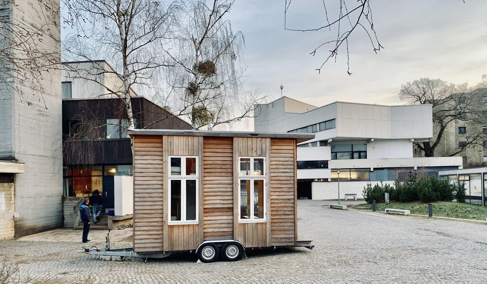 wohnen und arbeiten auf kleinstem raum im studentendorf wird ein tiny house auf. Black Bedroom Furniture Sets. Home Design Ideas