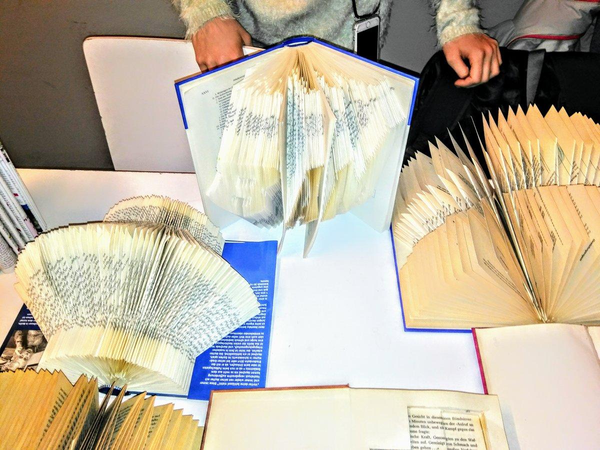 In einem Workshop am Tag des Buches gestalteten die Schüler unter anderem Kunstwerke aus Büchern.
