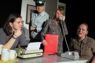 Das Team zur Überwachung Barbaras: Abschnittsbevöllmächtigter Meik Noack (Christof Brumm), Stasi-Offizierin Mirjam Schütz (Kristina Lane/Zweite von rechts), Hauswartin (Susanne Wein/rechts) und die IM (Elise Griepe).