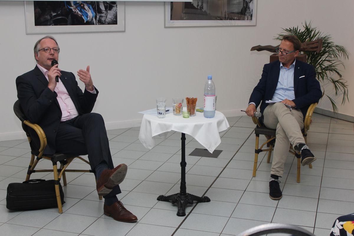 Verkehrsabteilungsleiter Hartmut Reupke (links) stellte Mitgliedern des Pankower Wirtschaftskreises vor, was seine Verwaltung für Pankow plant. Ulf Sobeck vom Vorstand des Wirtschaftskreises moderierte die Veranstaltung.