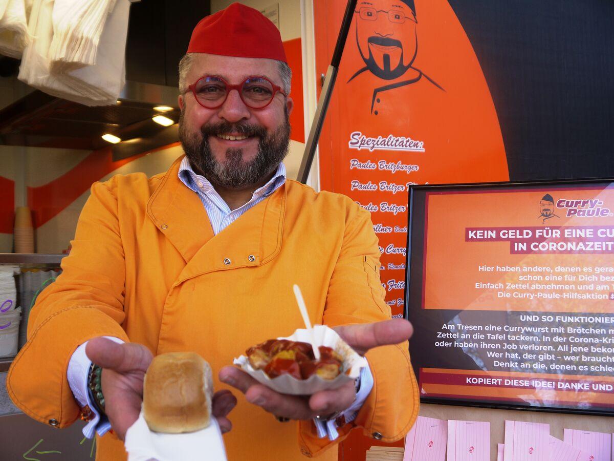 Curry-Paule alias Andreas Kämpf lädt zu einem kostenlos Imbiss ein.